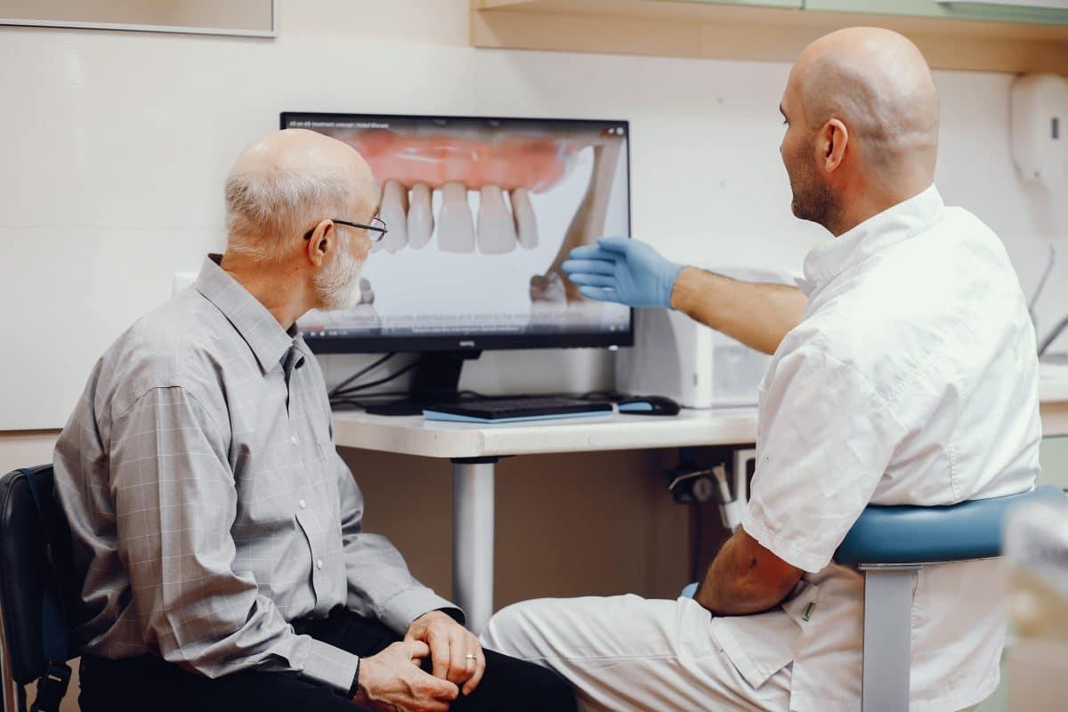 ¿Cómo limpiar un implante dental?